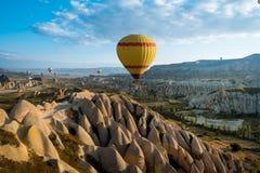 Ballons à air chauds volant au-dessus de Cappadocia, Turquie Photographie stock