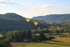 Ballons à air chauds volant au-dessus de Dordogne dans des Frances du sud-ouest Photographie stock libre de droits