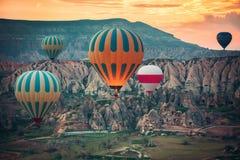 Ballons à air chauds volant au-dessus de la vallée chez Cappadocia Image libre de droits