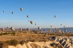 Ballons à air chauds volant au-dessus de la vallée pendant le matin Cappadocia La Turquie Photos libres de droits