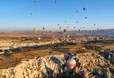 Ballons à air chauds volant au-dessus de la vallée pendant le matin Cappadocia La Turquie Photo libre de droits