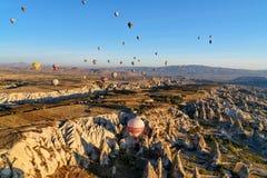 Ballons à air chauds volant au-dessus de la vallée pendant le matin Cappadocia La Turquie Photos stock