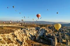 Ballons à air chauds volant au-dessus de la vallée pendant le matin Cappadocia La Turquie Image libre de droits