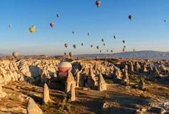 Ballons à air chauds volant au-dessus de la vallée pendant le matin Cappadocia La Turquie Images libres de droits