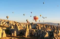 Ballons à air chauds volant au-dessus de la vallée pendant le matin Cappadocia La Turquie Images stock