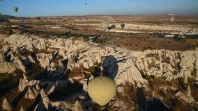Ballons à air chauds volant au-dessus de la vallée pendant le matin Cappadocia La Turquie banque de vidéos
