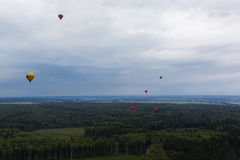 Ballons à air chauds volant dans le ciel Photo stock