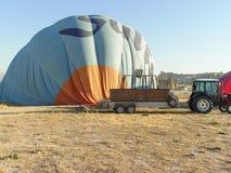 Ballons à air chauds volant plus d'et débarquant chez le Cappadocia Images stock