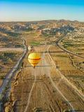 Ballons à air chauds volant plus d'et débarquant chez le Cappadocia Image libre de droits