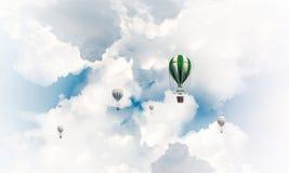Ballons à air chauds volants dans le ciel Photographie stock