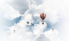 Ballons à air chauds volants dans le ciel Images stock