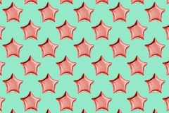 Ballons à air d'aluminium en forme d'étoile sur le fond rose en pastel Composition de Minimalistic de ballon métallique C?l?brati image stock
