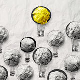 Ballons à air d'aspiration de main avec le papier chiffonné Photos stock
