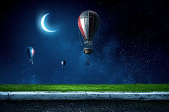 Ballons à air en ciel de soirée Photo stock