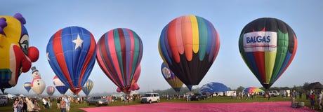 Ballons ζεστού αέρα κατά την πανοραμική άποψη ξημερωμάτων Στοκ Εικόνες