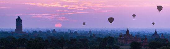Ballons ζεστού αέρα πανοράματος πέρα από τις παγόδες στην ανατολή σε Bagan, Myanm Στοκ φωτογραφία με δικαίωμα ελεύθερης χρήσης
