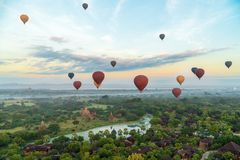 Ballons ζεστού αέρα που πετούν πέρα από Bagan, το Μιανμάρ Στοκ Φωτογραφία