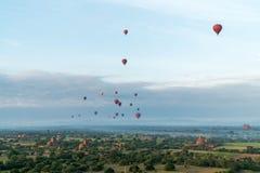 Ballons ζεστού αέρα που πετούν πέρα από Bagan, το Μιανμάρ Στοκ Εικόνες