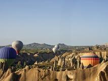 Ballons στο cappadocia μεταξύ των βουνών στοκ φωτογραφίες