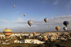 ballons красят заполненное горячее multi небо Стоковая Фотография
