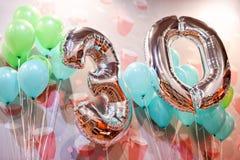 Ballons argentés avec des rubans - numéro 30 Faites la fête la décoration, signe d'anniversaire pour des vacances heureuses, célé Image stock