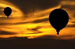 Ballons au coucher du soleil photographie stock libre de droits