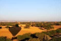 Ballons au-dessus de Bagan Photographie stock libre de droits