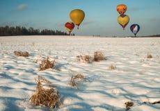 Ballons au-dessus du champ de neige images libres de droits