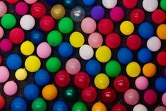Ballons bij een muur Royalty-vrije Stock Foto's