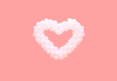 Ballons blancs dans la forme du coeur d'isolement sur le fond rose Aimez, jour du ` s de valentine, concept de relations photo libre de droits