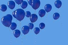 Ballons bleus dispersés d'hélium avec des rubans sur le ciel bleu illustration stock