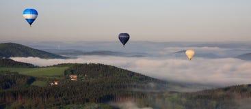 Ballons boven de mist Royalty-vrije Stock Fotografie