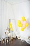 Ballons colorés avec des fleurs sur le mur blanc Photos libres de droits