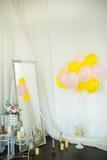 Ballons colorés avec des fleurs sur le mur blanc Images libres de droits