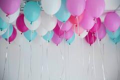 Ballons colorés dans la chambre préparée Photo stock