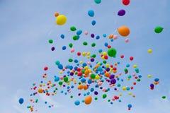 Ballons colorés dans le ciel Photos stock