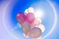 Ballons colorés dans le ciel bleu Photos stock