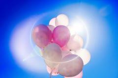 Ballons colorés dans le ciel bleu Images stock