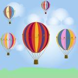 Ballons colorés dans le ciel bleu photographie stock
