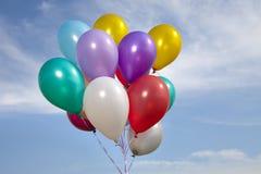 Ballons colorés dans un ciel bleu photos libres de droits