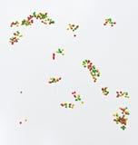 Ballons colorés en vol, beaucoup de ballons colorés d'isolement dans le vol blanc, ballons dans le ciel à l'arrière-plan gris Images stock