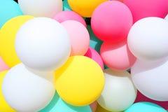Ballons colorés et colorés images libres de droits