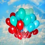Ballons colorés et voler  Photos stock