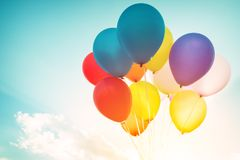 Ballons colorés faits avec un rétro effet de filtre d'instagram Photographie stock