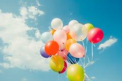 Ballons colorés faits avec un rétro effet de filtre d'instagram Image libre de droits