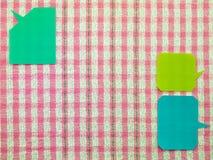 Ballons colorés (fond rose de tissu) Photo stock