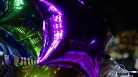 Ballons colorés ondulant en vent, félicitations de joyeux anniversaire des amis banque de vidéos