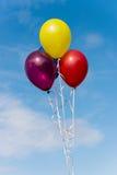 Ballons colorés par air images libres de droits