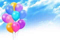 Ballons colorés sur le ciel bleu photographie stock