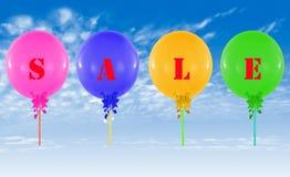 Ballons colorés sur le ciel bleu Concept de message de vente pour la boutique Photographie stock libre de droits